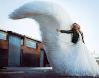 美颜盛世!维密天使玛莎一袭白裙仙气足