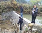 镇项目验收组到村验收扶贫工程项目